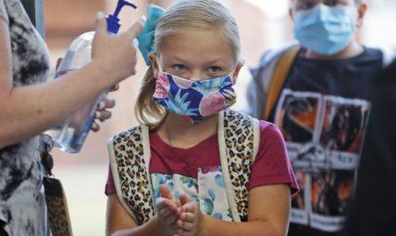 Une écolière portant un masque