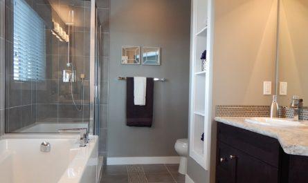 8 des meilleures façons d'utiliser le vinaigre blanc pour nettoyer votre salle de bain